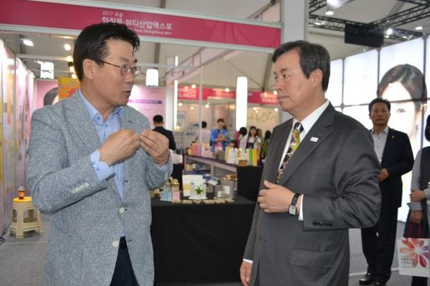 도종환 문화체육관광부장관 오송화장품엑스포 방문3.JPG