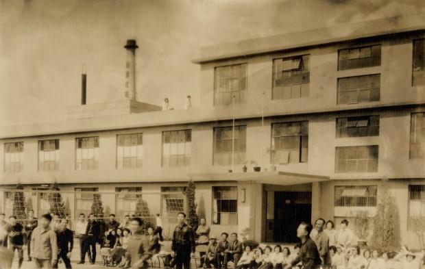 1962년 한국화장품 초기 증축 사옥.jpg