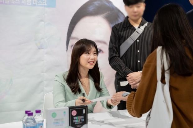(사진4) 28일 메디힐이 진행한 브랜드 행사장에서 브랜드 모델 김지원이 팬에게 사인을 전달하고 있다..jpg