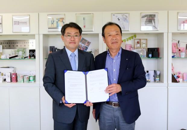 KTR 변종립 원장(왼쪽)과 일본 Bloom의 신지 야마사키 대표가 일본 화장품 등록 대행 업무협약을 체결하고 있다.jpg