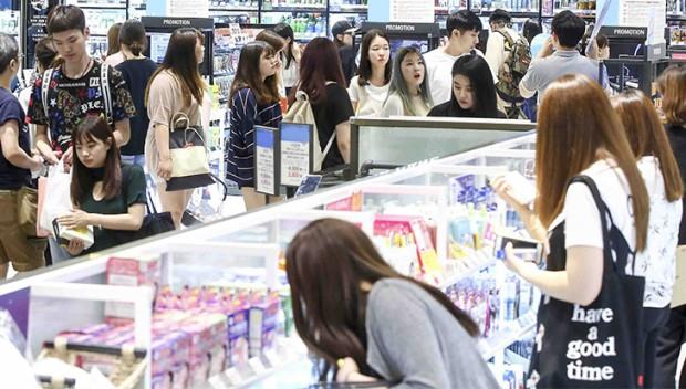 [CJ올리브네트웍스] 무더위를 피해 올리브영 매장에서 여름 상품을 쇼핑하고 있는 고객들.jpg