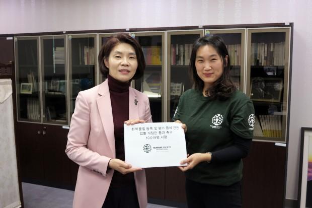 HSI 서명전달.JPG